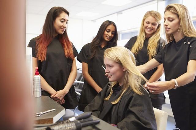 Где закончить (недельные, недолгие) курсы в школе, центре обучения (образование) парикмахеров за короткий срок.
