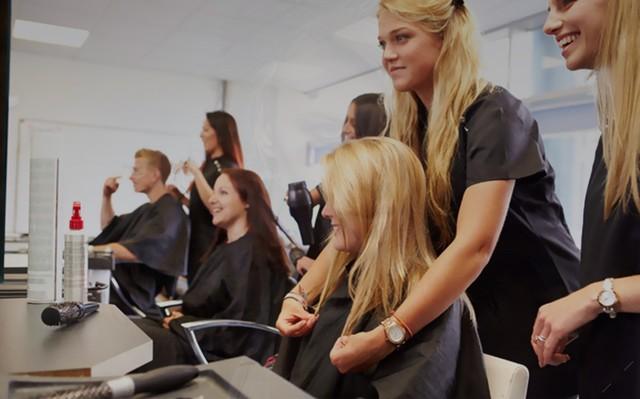 Где найти курсы в школе, центре обучения (образование) парикмахеров на дому или индивидуально.