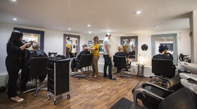 Где закончить (недельные, недолгие) курсы в колледже (техникуме), академии парикмахеров за короткий срок.